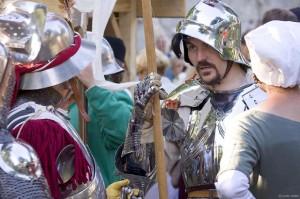 Historische Darsteller in rekonstrierter Kleidung und Rüstung.