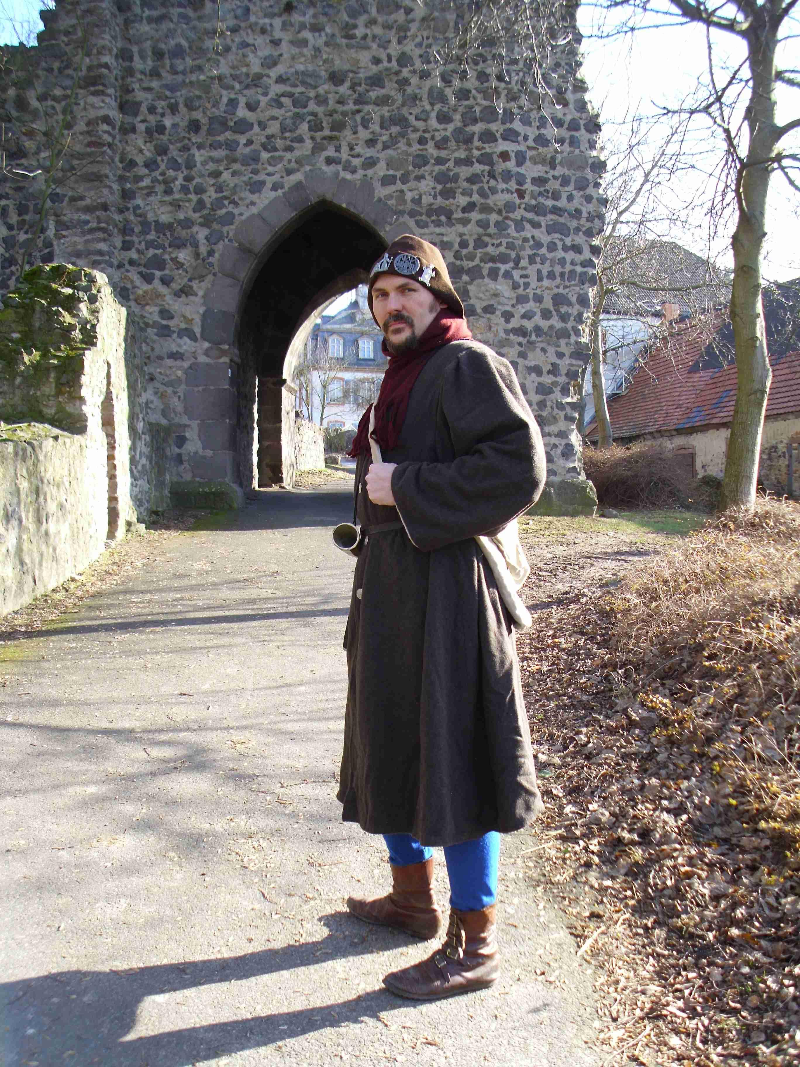 Ein Pilger erreicht das alte Münzenberger Stadttor