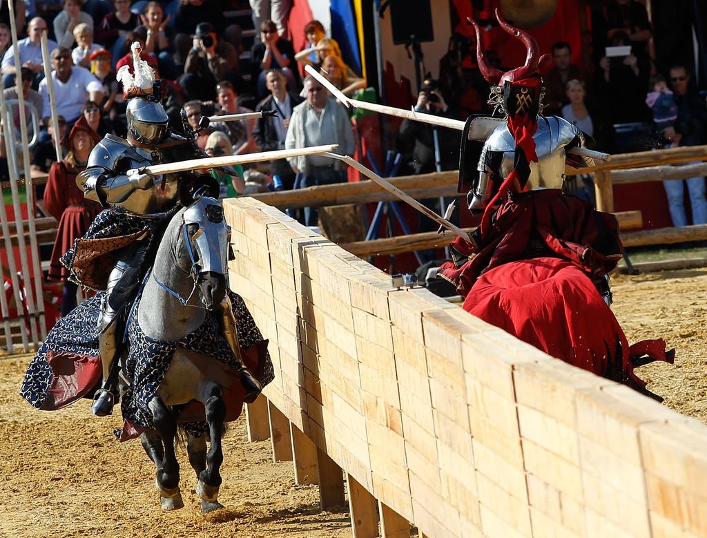 Die Königsdisziplin, das Gestech. Ziel ist es die Lanze am Gegner zu zerbrechen. Die aufgeschnallten Schilde, Tartschen genannt, dienen dabei als Ziel.