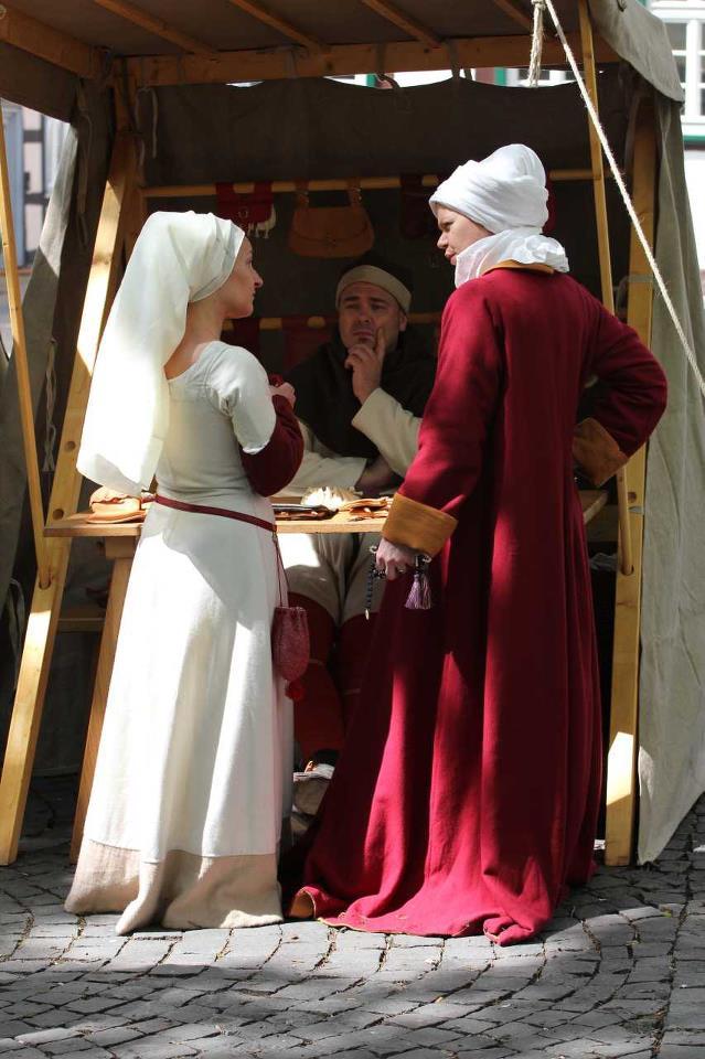 Spätmittelalterliche Damen treffen sich auf dem Markt