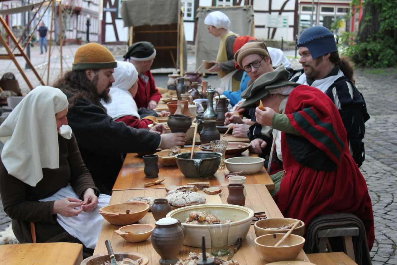 Nach getaner Arbeit genießen die Darsteller die Vorzüge der mittelalterlichen Küche