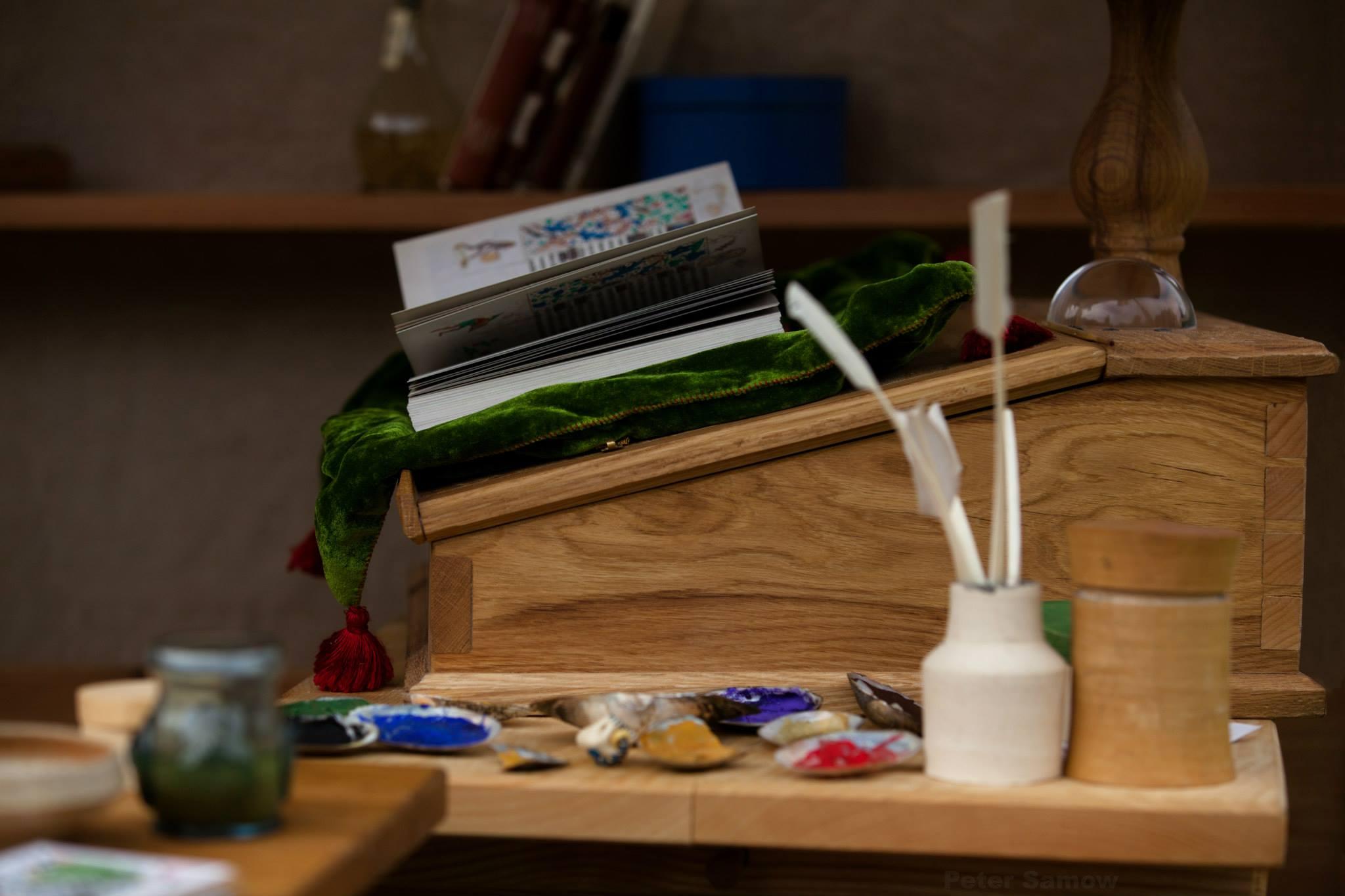 Ein paar Beispiele für die Vielzahl an Gegenständen. Schreiblade, Stundenbuch, Lesestein, Flussmuschelschalen mit getrockneter Temperafarbe, Gänsekiele...