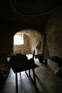 Die Wachstube der Festung, mit nachbauten historischer Möbel eingerichtet und mit zwei Wächtern belebt